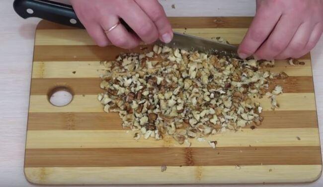 грецкие орехи измельчаем при помощи ножа