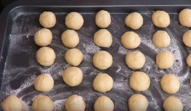 из нарезанных кусочков теста катаем шарики