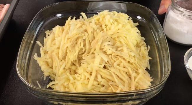 картофель чистим и трём на крупной терке
