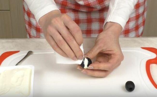 края разреза оливки вытираем салфеткой