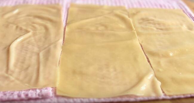 лист лазаньи кладем на простое полотенце
