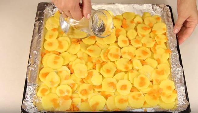 между картошкой добавляем немного горячей воды