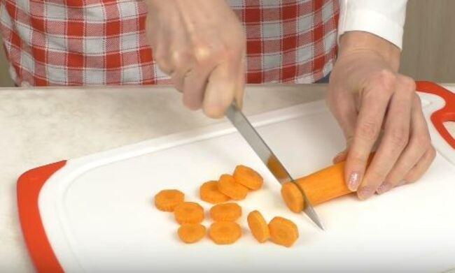 морковь режем кружками толщиной около пол сантиметра