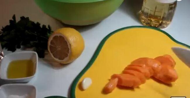 морковь режем наискосок ломтиками 1 см