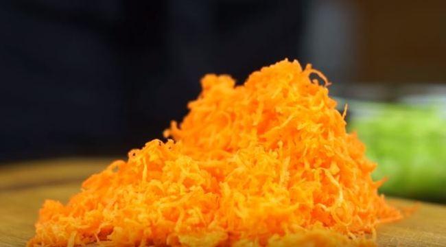морковку натираем на средней тёрке