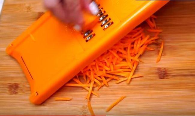 морковку трём на тёрке соломкой