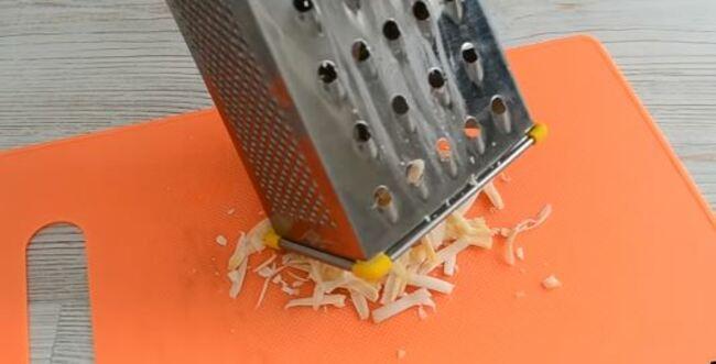 на крупной тёрке натираем твёрдый сыр