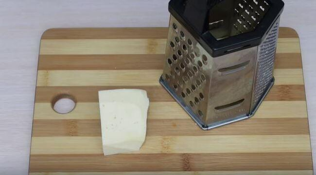 на крупной тёрке трём сыр