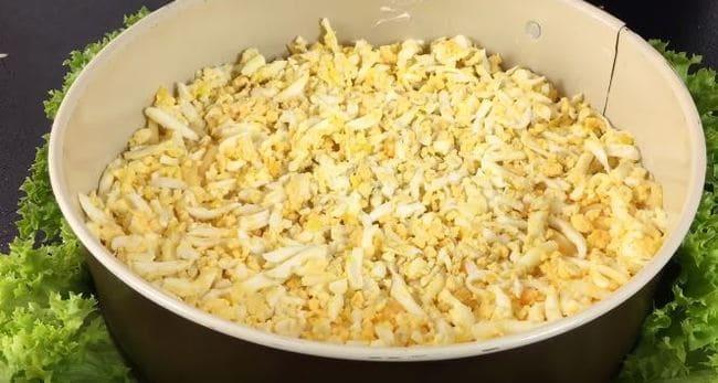 на сыр выкладываем третий слой - яйца