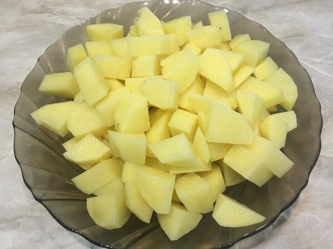 нарезаем очищенную картошку на кубики