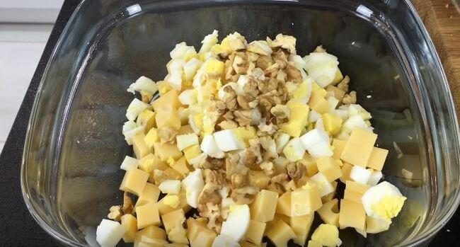 нарезанные продукты высыпаем в глубокую посуду