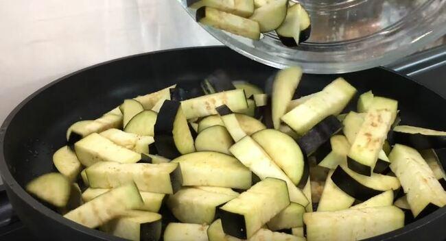 обжариваем баклажаны на сковороде