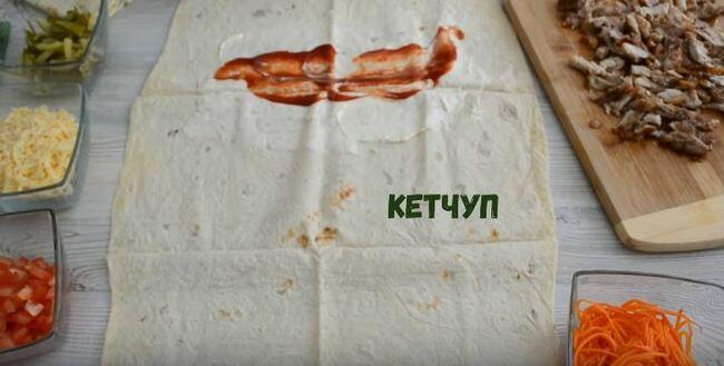 один край лаваша промазываем соусом и кетчупом