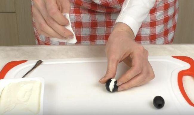 оливка с сырам будет выглядывать белая полоска
