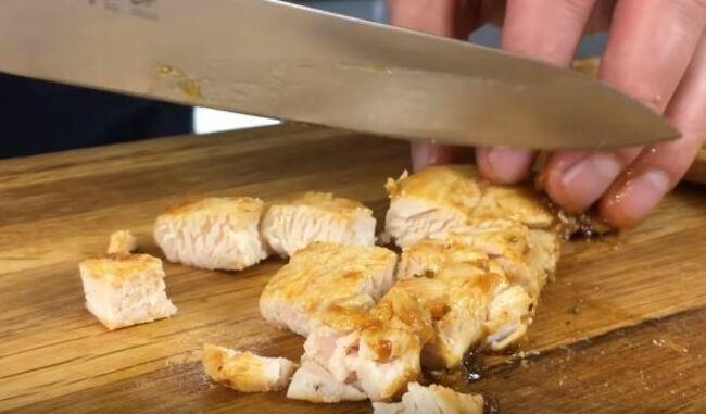 остывшее куриное филе режем кубиком