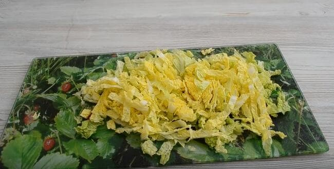 пекинскую капусту мелко шинкуем-2