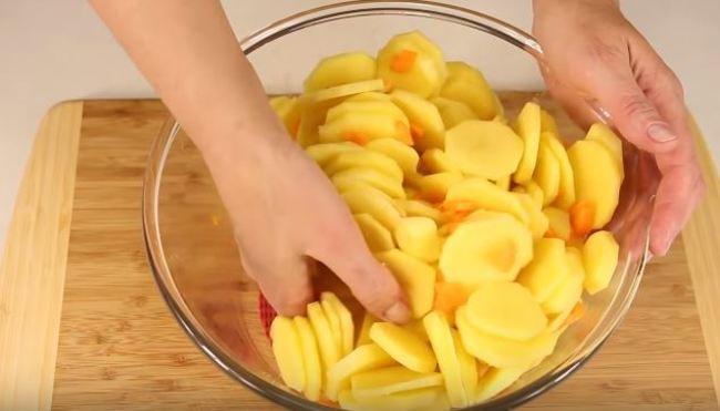 смешиваем картошку и морковку