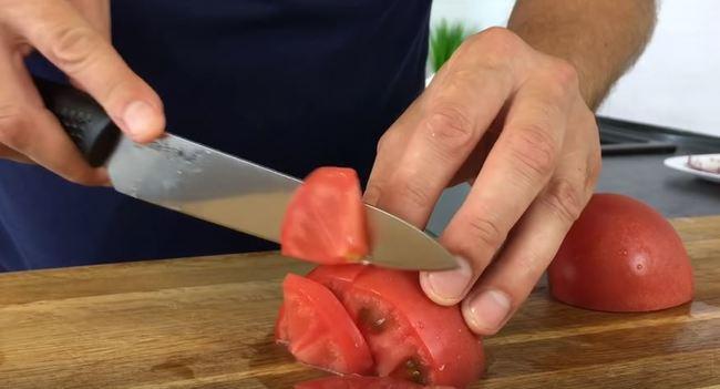 помидор режем тоже полукольцами