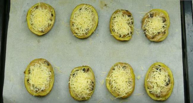 посыпаем картофельные лодочки тёртым сыром