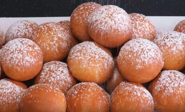 посыпаем шарики сахарной пудрой