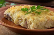 Пельмени, запеченные в духовке с сыром и сметаной