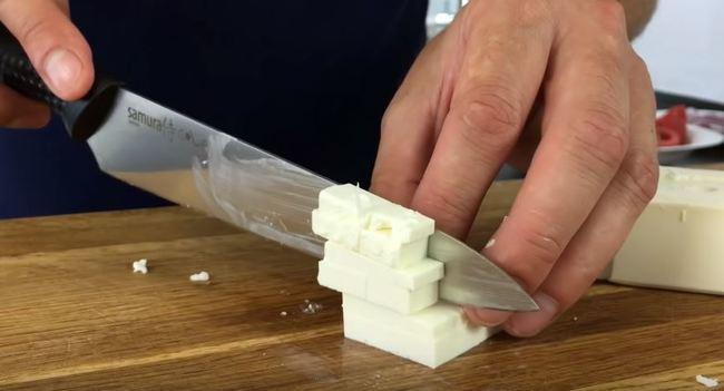 нарезам сыр фета на кубики