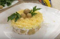 Салат из курицы и шампиньонов консервированных и сыра слоями