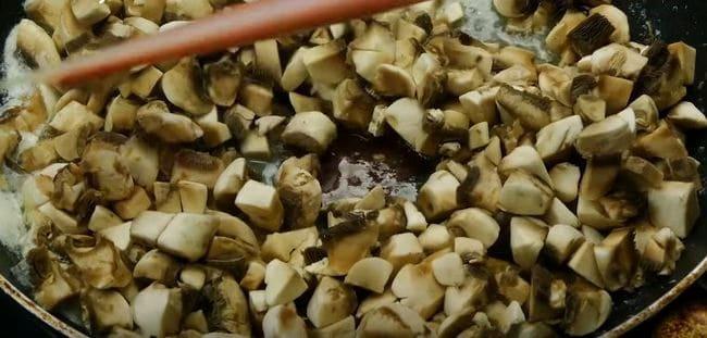 шампиньоны обжариваем в сливочном масле