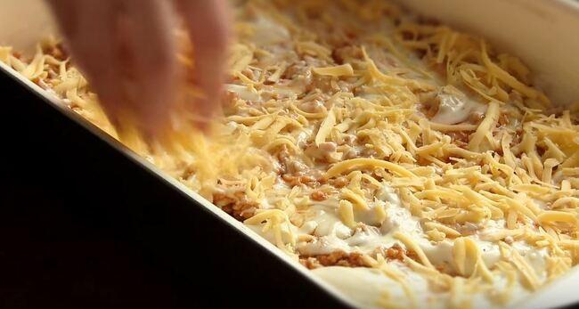 следующим слоем посыпаем тертый сыр