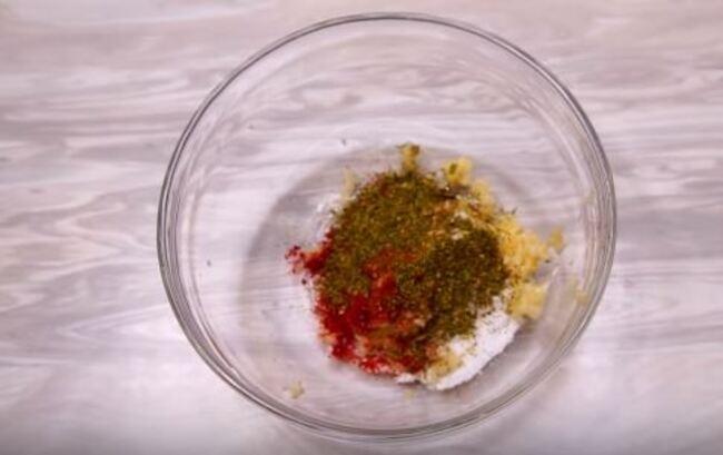 смешиваем специи соль чеснок паприка