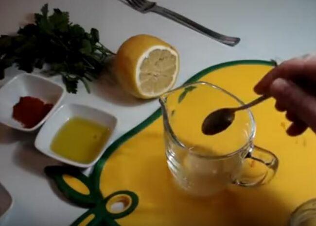 соль добавляем в лимонный сок