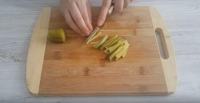 соленые огурцы нарезаем соломкой