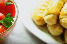 Сосиски в слоеном тесте в духовке простой и вкусный рецепт