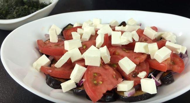 сверху на салат выкладываем порезанный сыр фета