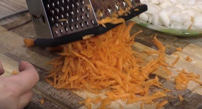 свежую морковку натираем на крупной терке