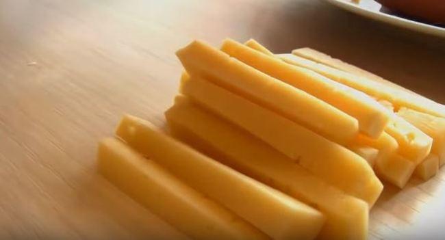 сыр нарезаем небольшими брусочками