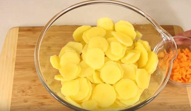 сырой картофель нарезаем кружками