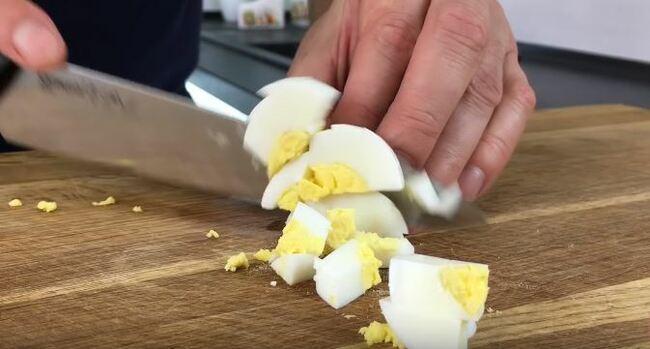 также нарезаем яйца