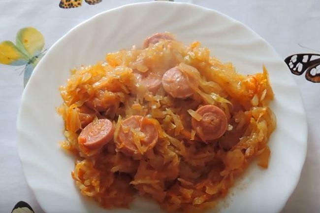 тушеная капуста с сосисками на сковороде