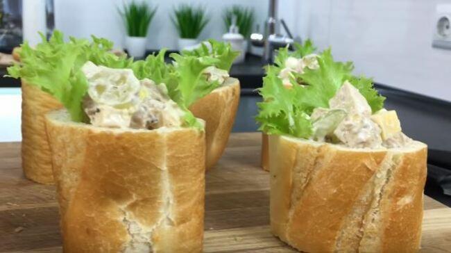 в багет с листьями салата выкладываем салат