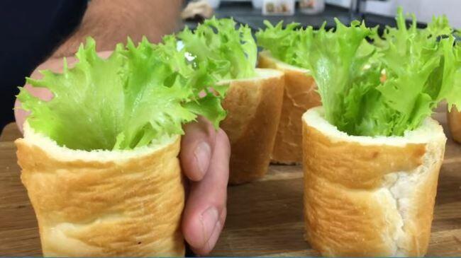 в багетик укладываем листья салата