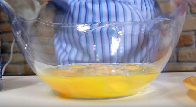 в глубокую миску разбиваем яйца