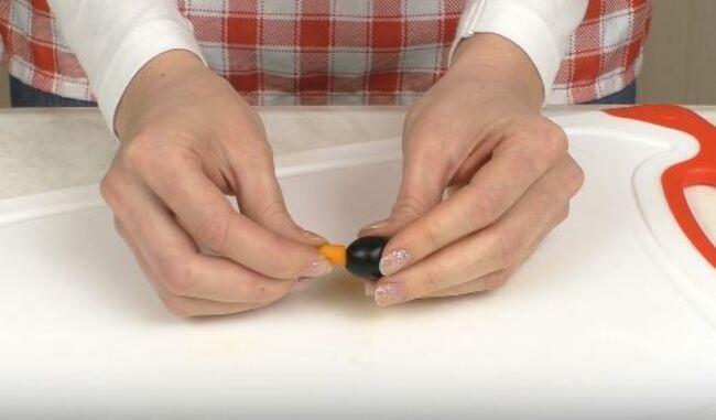 в маленькую оливку вставляем кусочек моркови