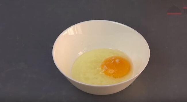 в небольшую миску разбиваем сырое куриное яйцо
