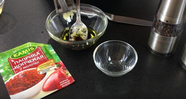 в соус добавляем чеснок