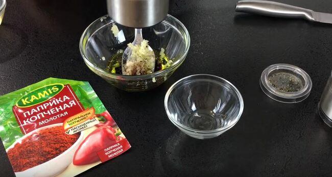 в соус добавляем чёрный перец