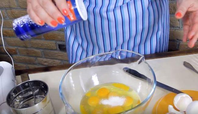 в яйца кладем ложку сахара и соль