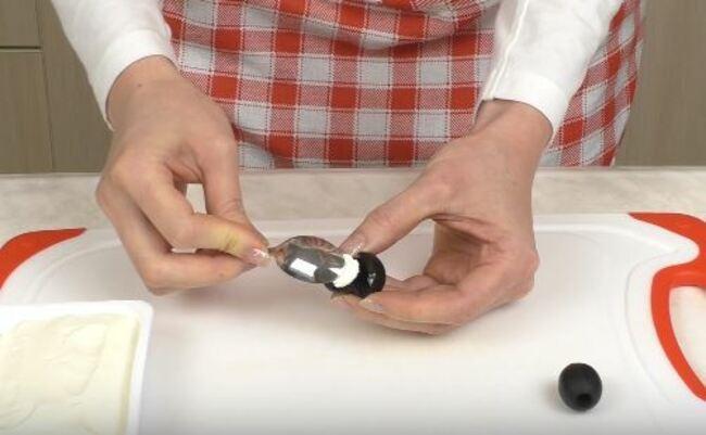 вкладываем сливочный сыр в надрезанную оливку