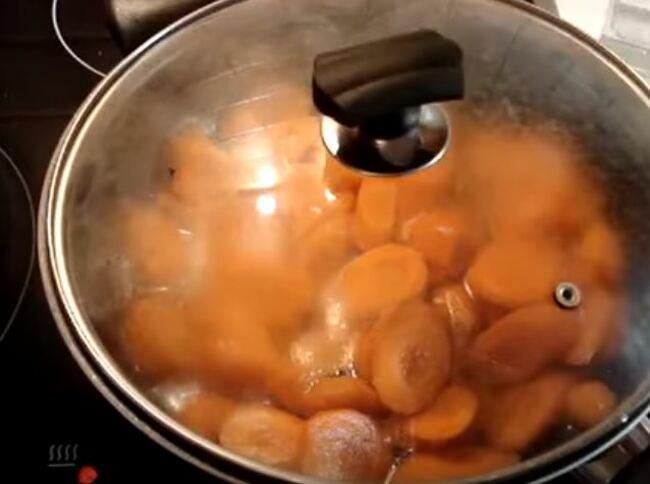 вливаем в сковородку приготовленную воду