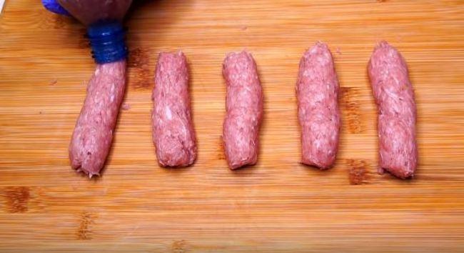 выдавливаем небольшие колбаски